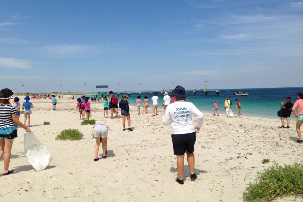 Girl Guides visiting Jurien Bay taking part in a marine debris survey as part of an Appreciate your Beach workshop.